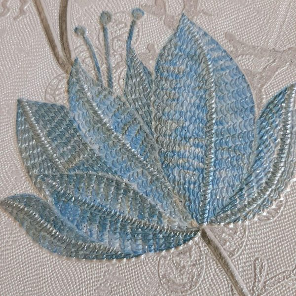 کاغذ دیواری کرم با گل آبی