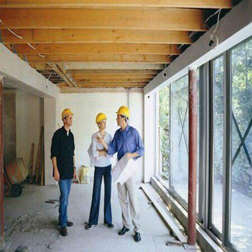 3 مرد در یک اتاق در حال بازسازی