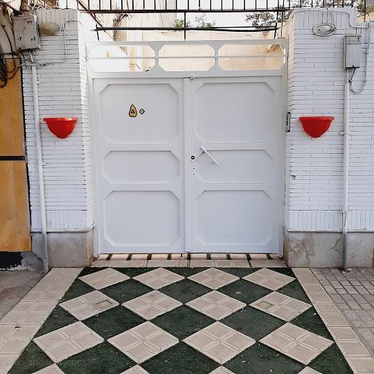 درب سفید با پلاک طلایی 50