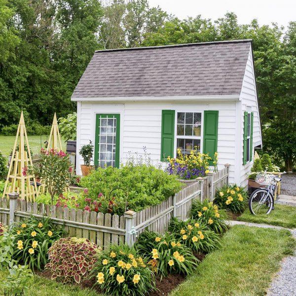 خانه سفید پر گل